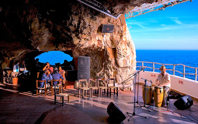 "Música ""ambient"" en la Cova d´en Xoroi en Menorca"