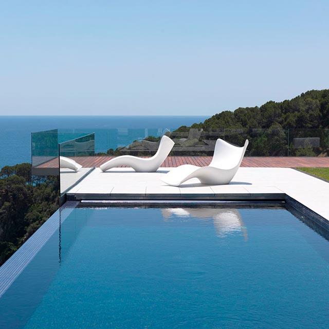Piscina y muebles jard n para decorar - Tumbonas para piscina ...