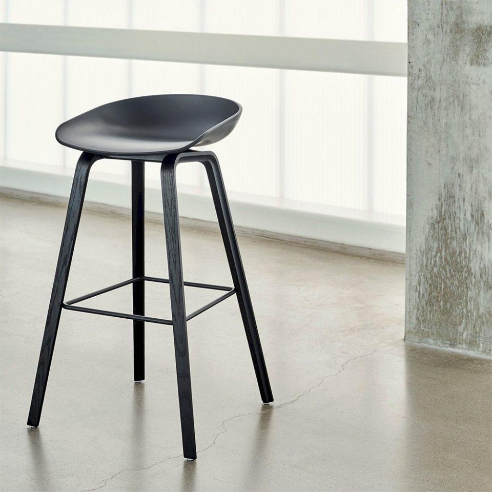 taburete con estructura de roble y asiento de polipropileno. Diseño Hee Welling & HAY