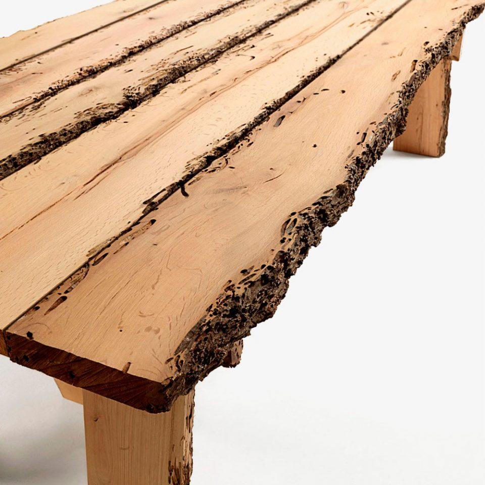 mesa de madera con diseño italiano