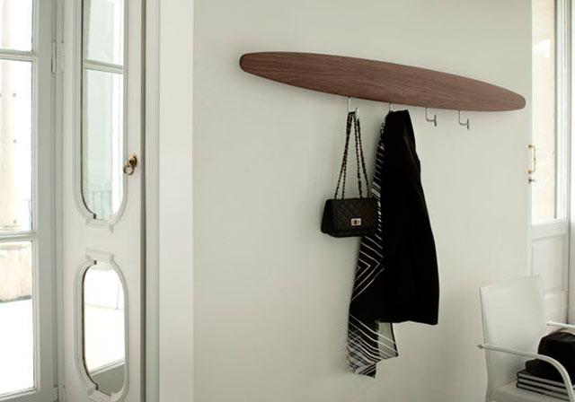 Decorar un recibidor con un perchero moderno lluesma interiorismo - Perchero de pared original ...